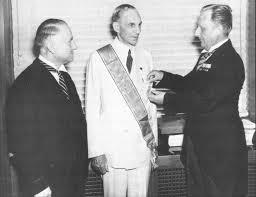 Henry Ford recevant la Croix de L'aigle